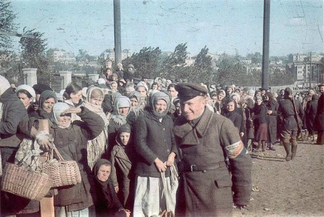 Женщины ищут своих мужей среди военнопленных. Киев.