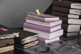 Bücher mit Wandfarbe bemalen