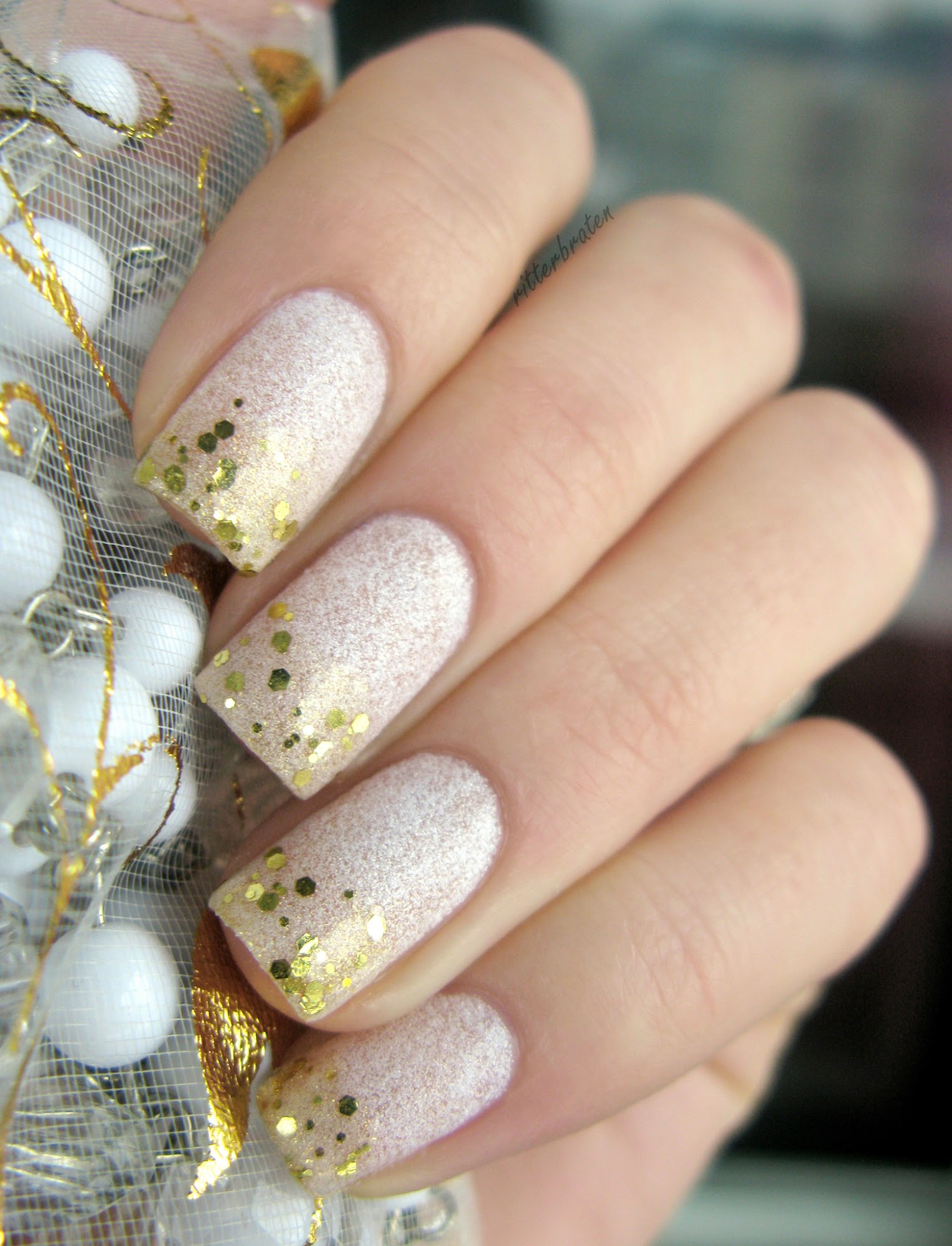 nails gold over white
