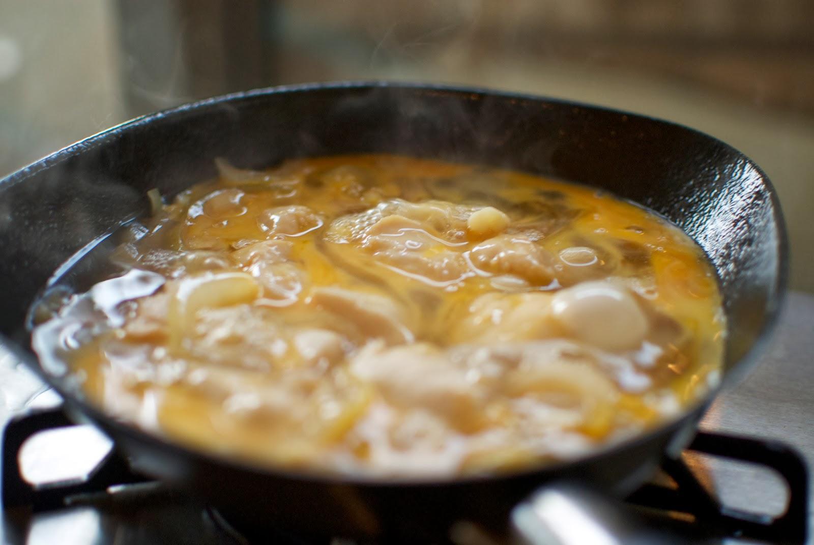 柳総理のフライパンで煮た鶏肉と玉葱に卵を投入