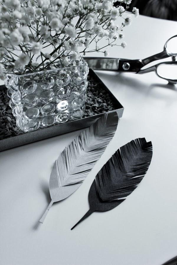 fjädrar av papper, grå fjäder, svart, vitt, grått, origami, diy fjädrar, vas, ernst ljusstake, brudslöja, vita blommor i vas, dekoration på bordet