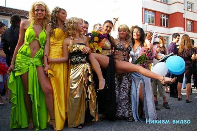 Секс в подъезде с выпускницей