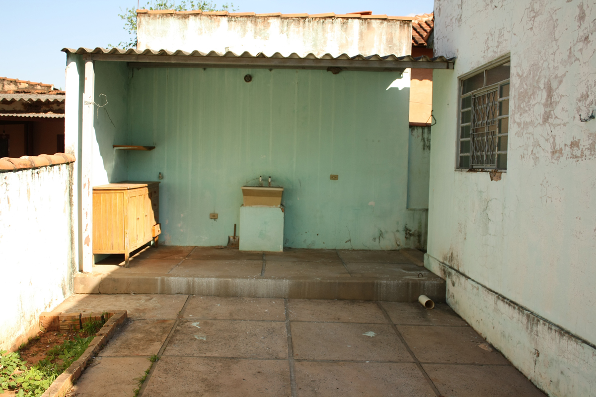banheiro e da lavanderia: Uma casa com vocações totalmente urbanas #996A32 1200 800