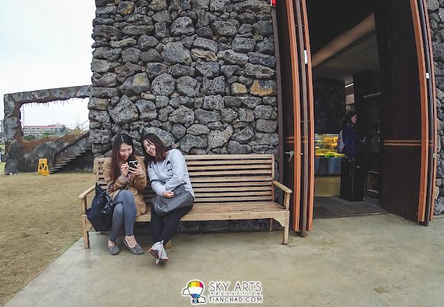 Monsant Cafe몽상 @ Jeju Island - Long bench near the entrance
