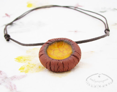 Ceramiczny naszyjnik uformowany z brązowej gliny z żółtym oczkiem 2