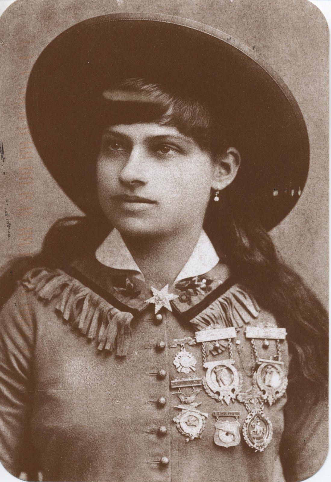 annie oakley Annie oakley, née sous le nom de phoebe ann moses (1860 - 1926), est un personnage mythique de la conquête de l'ouest elle s'est fait remarquer pour son habileté et sa grande précision au tir.