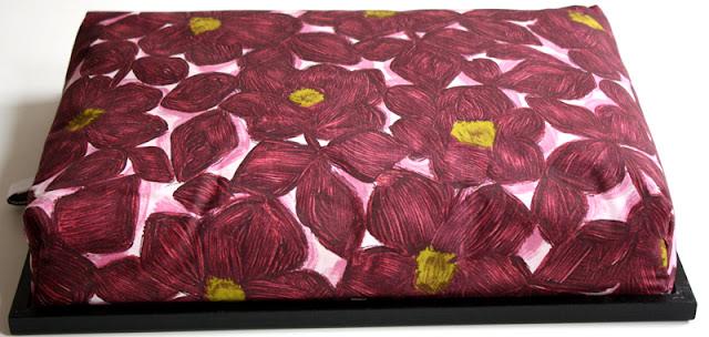 Knietablett, Laptray, Lap Tray, Laptop Tray, Betttablett, Bettablett, Kniekissen, mit weißem Rahmen, Vintage Stoff Blumen 60er, 70er, weiß, rosa, aubergine, schwarz, gelb / grün  Made in Germany wohnraumformer