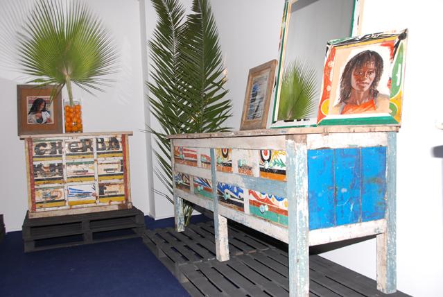 Africanos reciclam barcos para fazer móveis coloridos