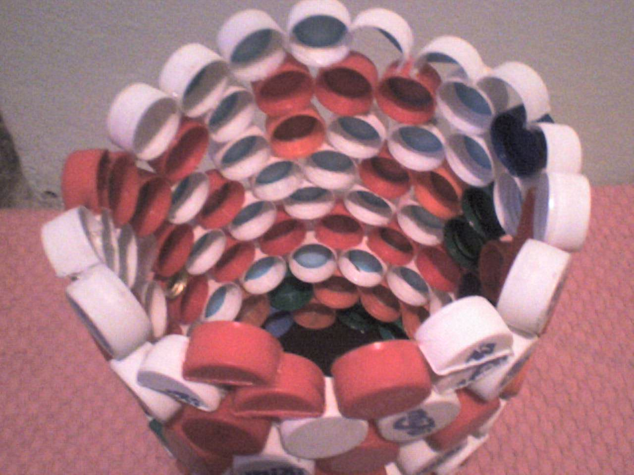 Bitten by Elissa Cesto de basura con tapas de plástico recicladas
