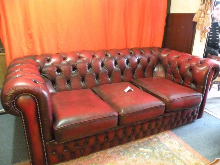 arcelin brocante au vrai rustique canap chesterfield 3 places. Black Bedroom Furniture Sets. Home Design Ideas