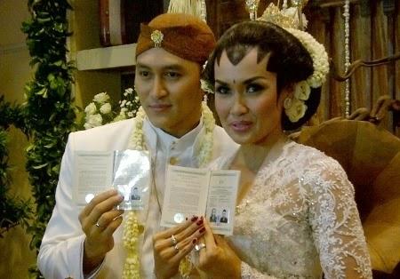 Foto Demian & Sara Wijayanto Menikah 2014 Baju Pengantin Artis