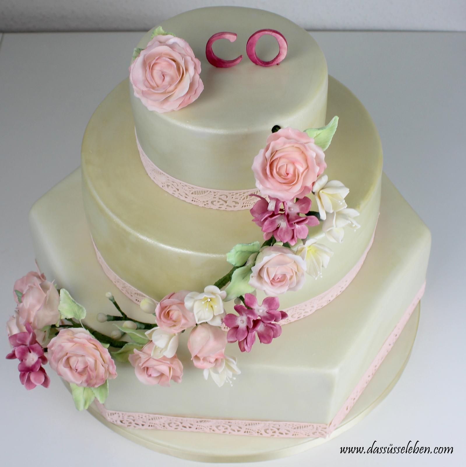 Rezept Cremefarbene Hochzeitstorte Mit Blumenranke Das Susse Leben
