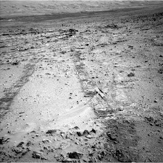Следы колес марсохода в начале  его пути к горе Шарп