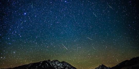 Komet Melintasi Orbit Bumi