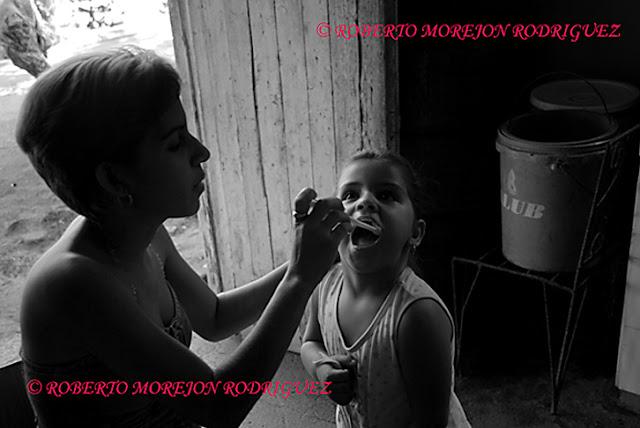 Una madre cepilla los dientes a su hija en Las Tunas, Cuba