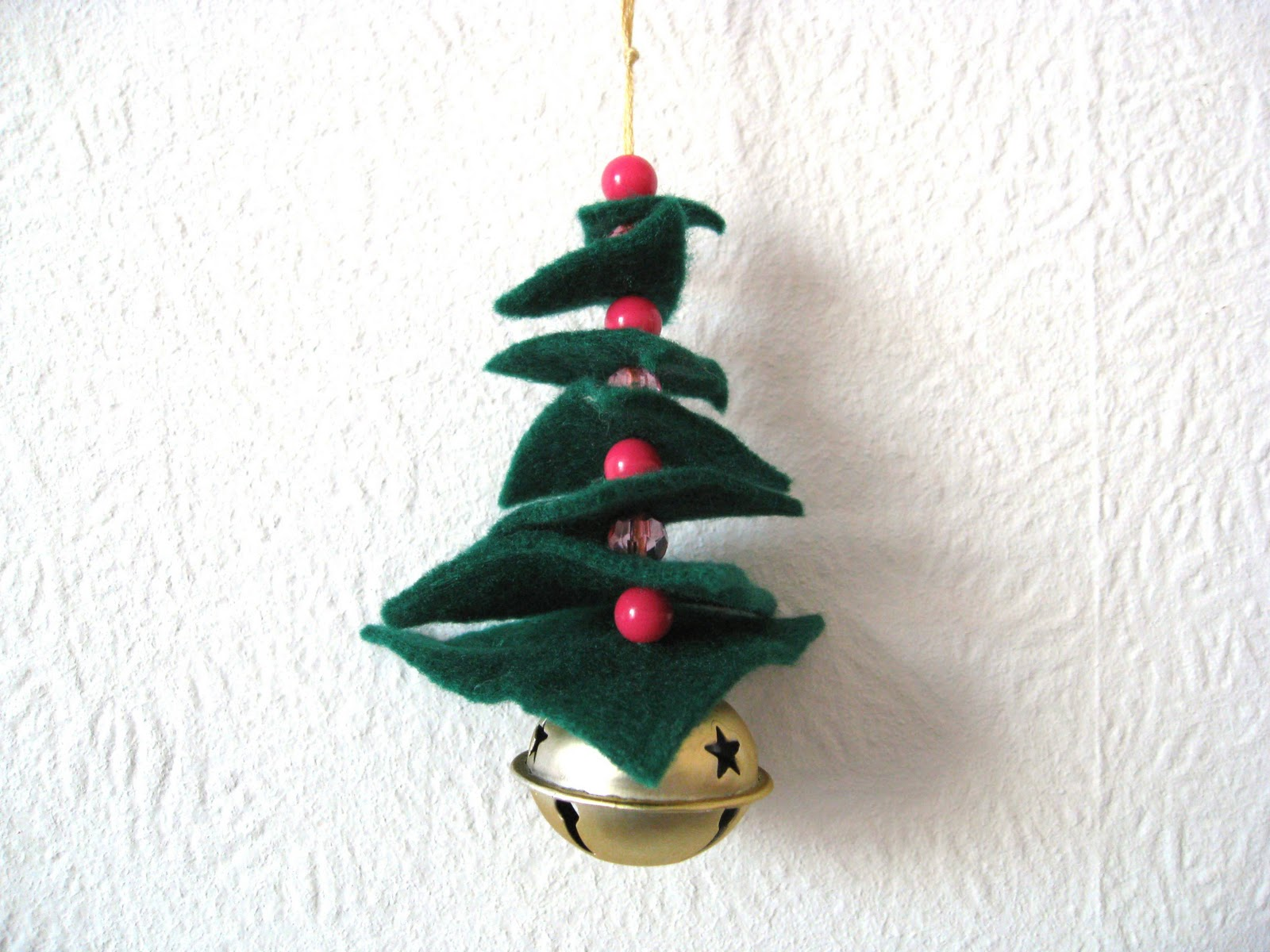 Will find a wonderful tutorial for a pine tree christmas decoration