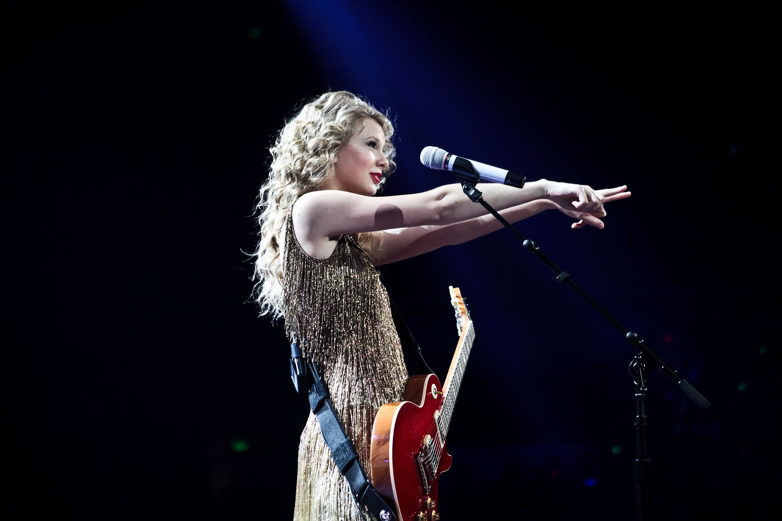 http://1.bp.blogspot.com/-EOk5LF0IYdQ/TdqWJDM5s5I/AAAAAAAAD1g/sLOfNytO3DI/s1600/Taylor+Swift+Speak+Now+Help+Now+-+CountryMusicRocks.net.jpg