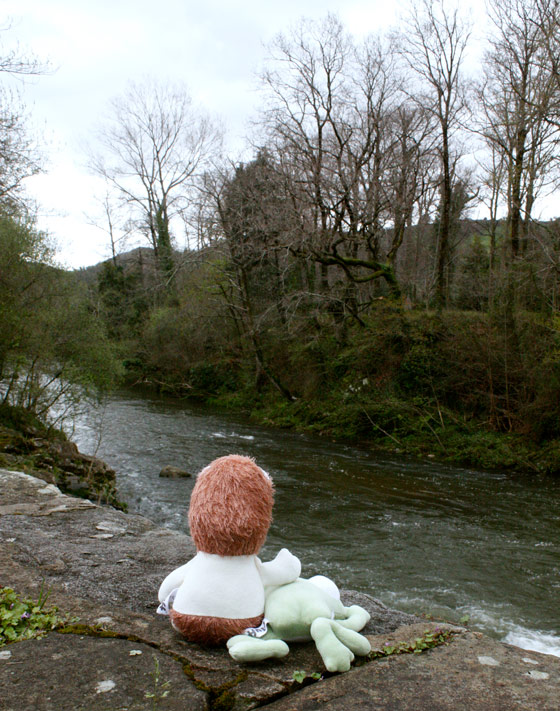 Culito Rana y Colchón sentados junto al río