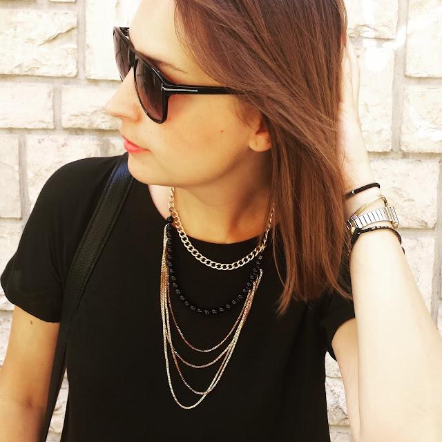 Con un vestido skater negro de Mango se puede conseguir un outfit sofisticado y cómodo para los días de verano con complementos especiales como el collar de Andasola y un bolso de Bimba y Lola.