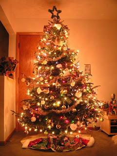 árvore de natal com presentes e luzes presentes perto da árvore de natal