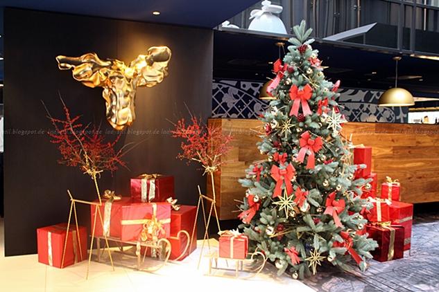 Lobba mit Weihnachtlicher Dekoration im Hotel Andaz Hyatt Amsterdam