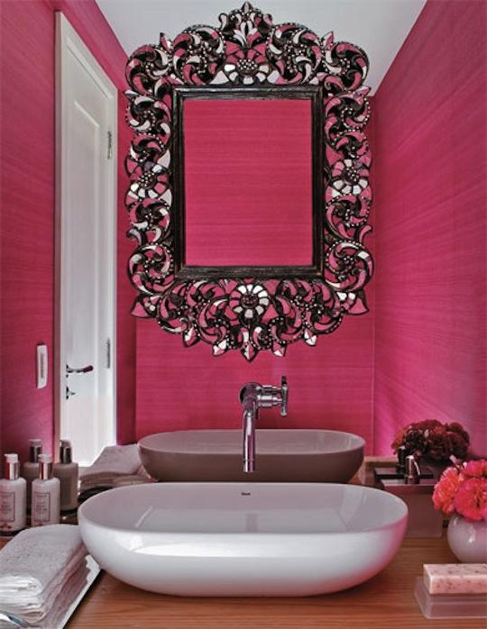 decorar lavabo antigo:Desejei esse espelho e achei super ousado o papel de parede pink!