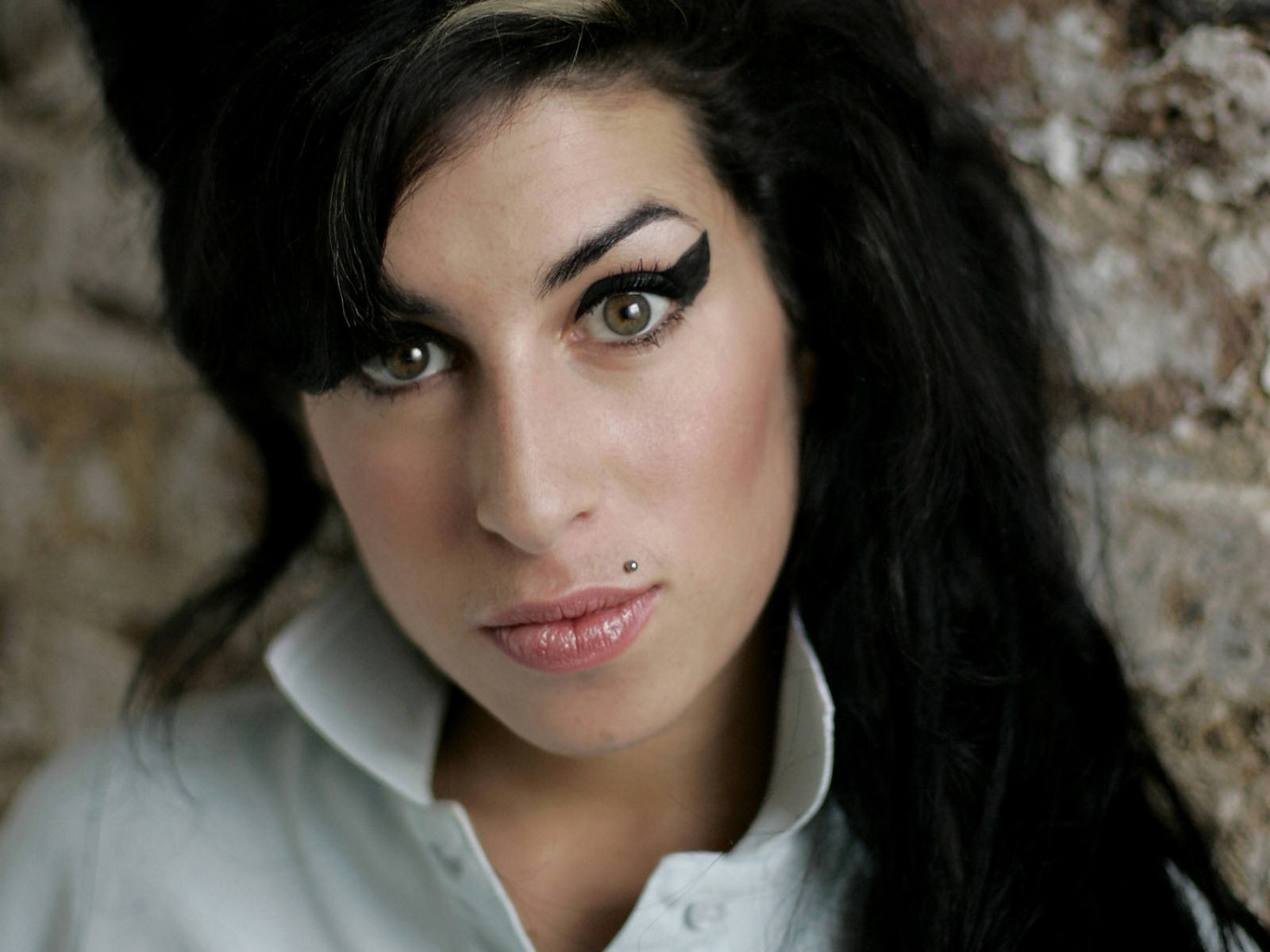 http://1.bp.blogspot.com/-EPhCyKpPjTk/TsrbJWJ1cRI/AAAAAAAABm8/vGmKKY6B5-w/s1600/Amy_Winehouse_0001_1600X1200_Wallpaper.jpg