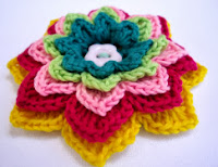 http://translate.google.es/translate?hl=es&sl=en&tl=es&u=http%3A%2F%2Flovestitches.blogspot.com.es%2F2011%2F08%2Fpatterns-crocheted-flower-brooches.html