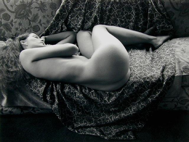 desnuda chica en silla Vídeo de stock aa-w