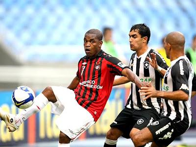 Botafogo não suporta a pressão e acaba derrotado pelo Atlético-PR por 2x0, no estádio Durival de Britto.