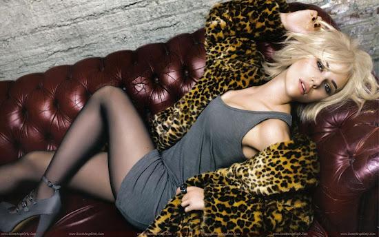 Scarlett_Johansson_showing_milky_legs