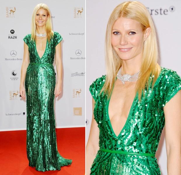 Vestido verde combina com acessorios prata