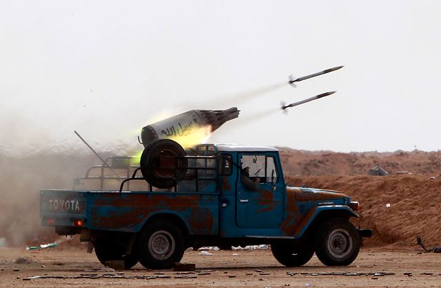 ce que j'ai commis  - Page 2 Libyan_rebel_fire_with_UB-32_57mm_helicopter_rocket_launcher_pod_mounted_on_light_pickup_truck_001