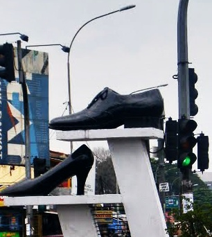 Tugu Sepatu Cibaduyut Bandung,kota sepatu, kota gadis sepatu,kota sate