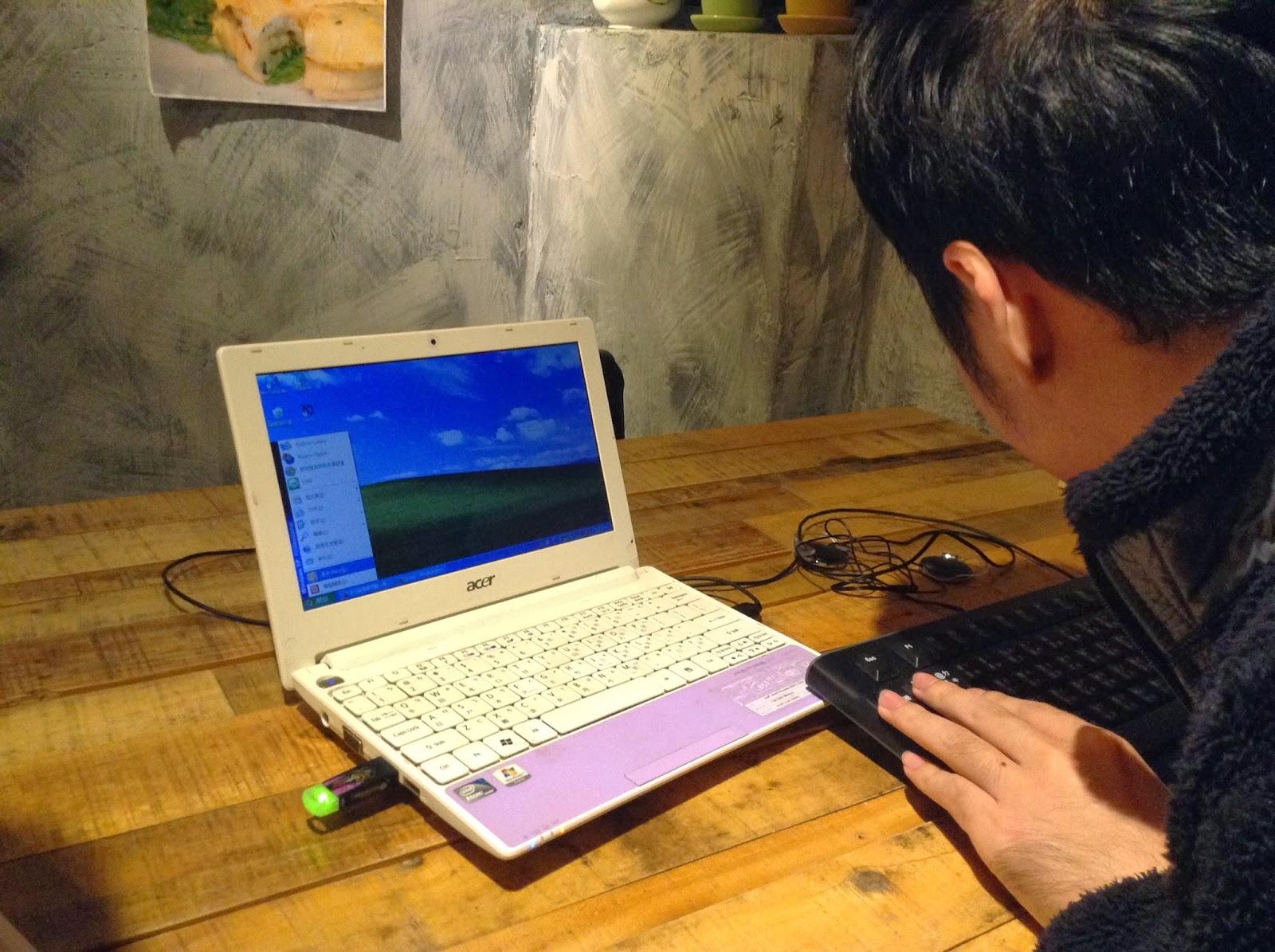 璽帆展示語音辨識系統的電腦,雖然當天因為咖啡廳 雜訊很多,耳機聽不太到語音輸出而無法測試。