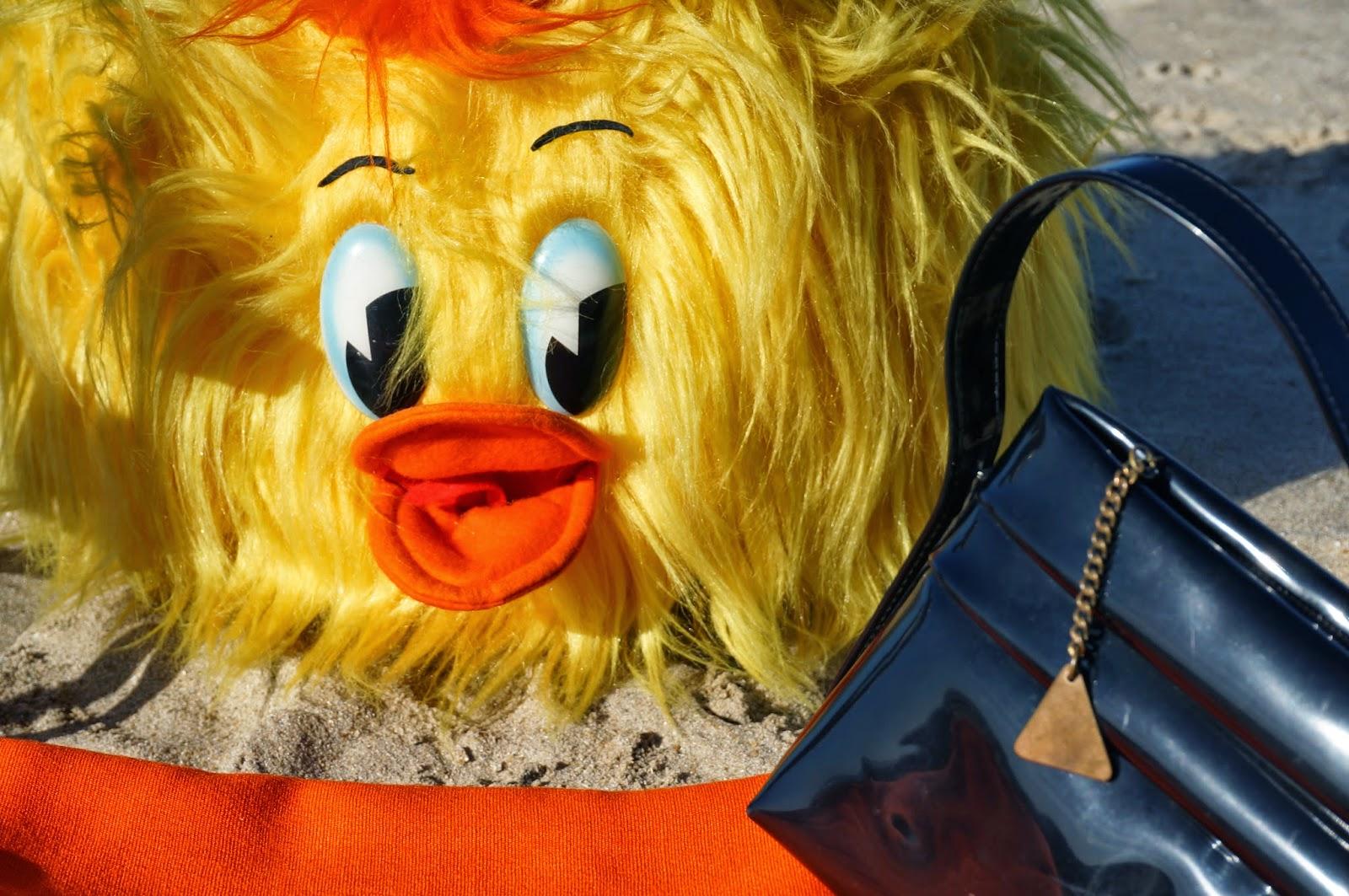 Une biche glitter glam  Un pouf poilu  une tasse grumeleuse  un plateau Edery de Préfontaines  du tissu orange  un sac en vinyl vintage brocante yard sale car boot sales glook plush 1960 1970 60s 70s