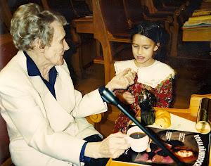 Astrid Lindgren mit dem Programmheft des Musicals