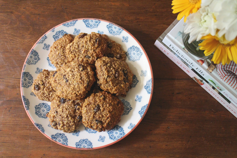 Looking for an easy recipe to whip up some delicious sweet treats? Check out how I made some super simple chewy oat and raisin cookies!