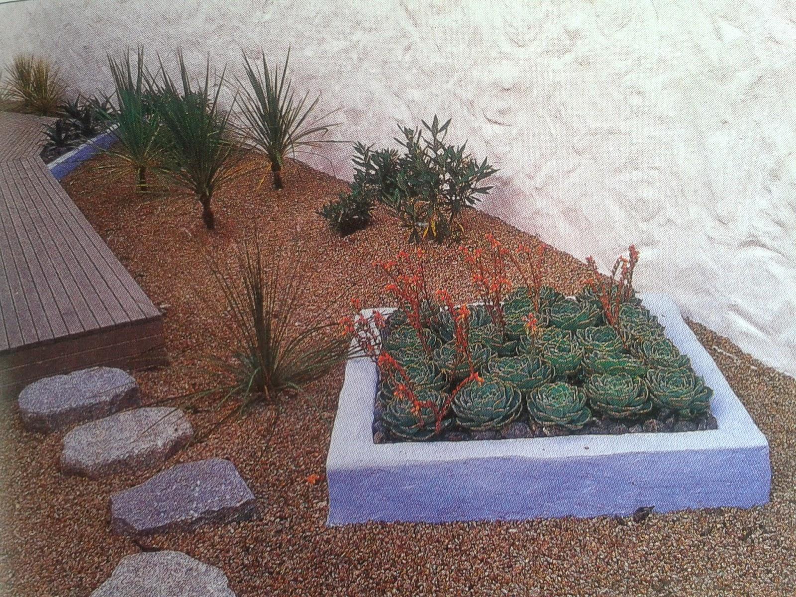 en color caf y los muebles reciclados pintados en color azul como pavimento gravilla y las piedras sugiriendo el camino a seguir hacia el deck
