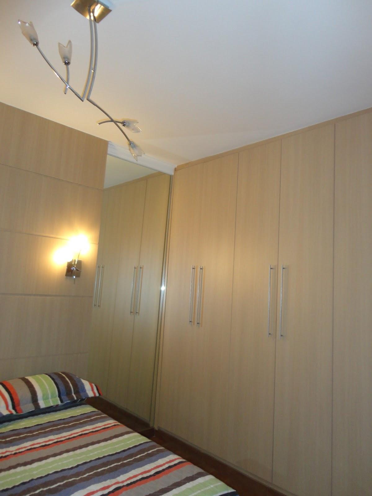 espelhos nas laterais da cama dão o efeito de amplitude ao quarto #674C38 1200 1600