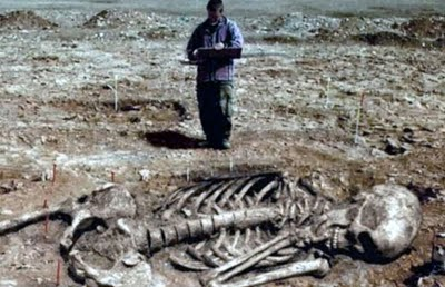 Wat bandnaam Fields of the Nephilim betekent - Giant Human Skeleton Hoax-9