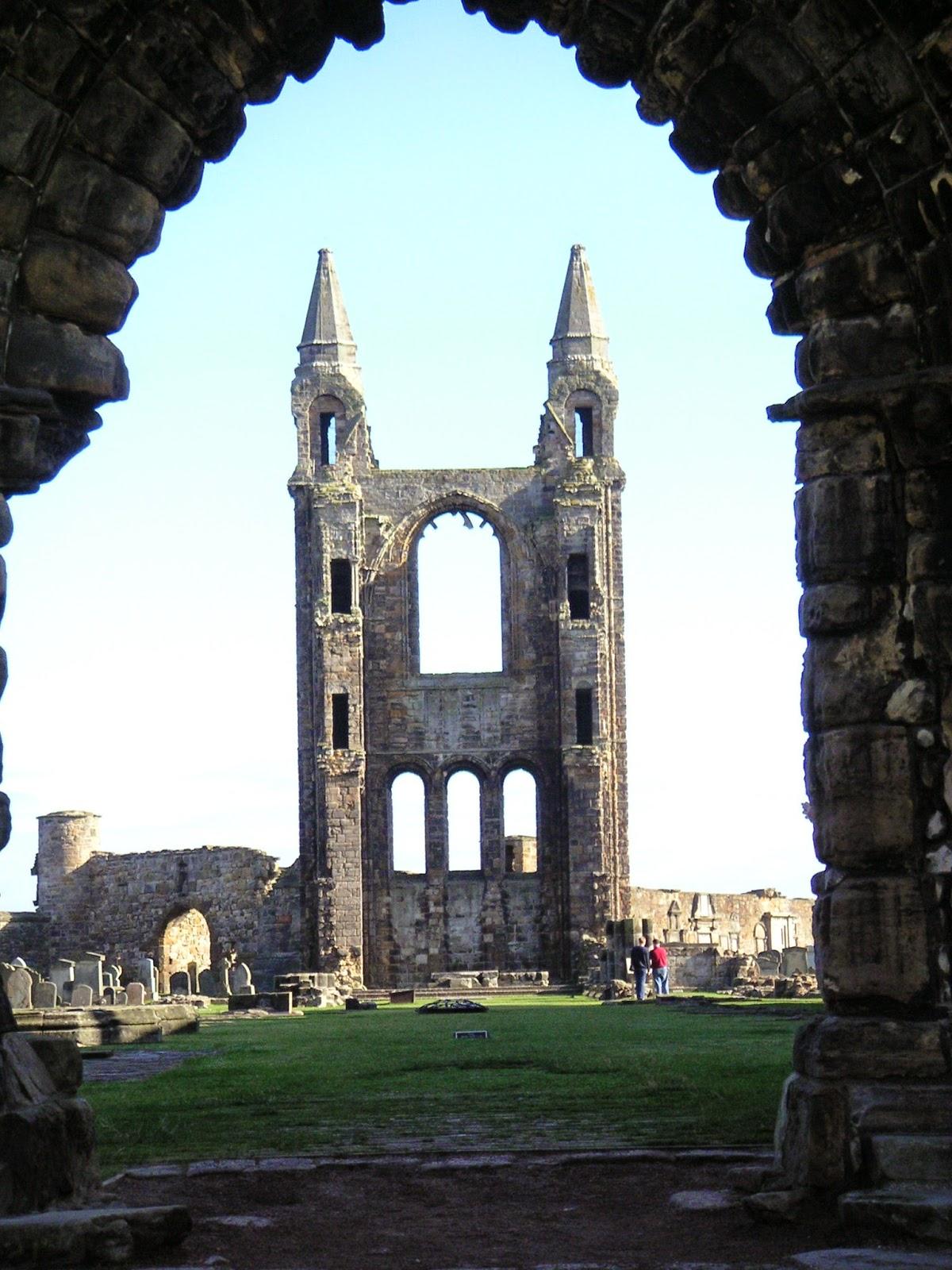 Blick durch einen Torbogen auf den Friedhof Sankt Andrews in Schottlanf