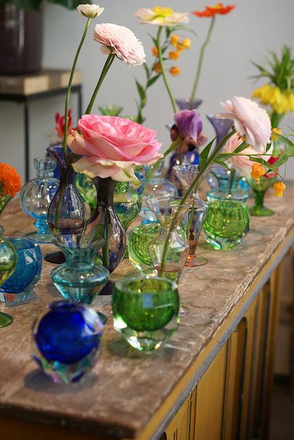 decoracao alternativa para aniversario:Vasinhos coloridos, de formas e cores diferentes compõem a