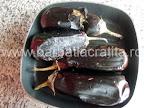 Salata de vinete preparare reteta - vinetele aproape coapte, pe grill