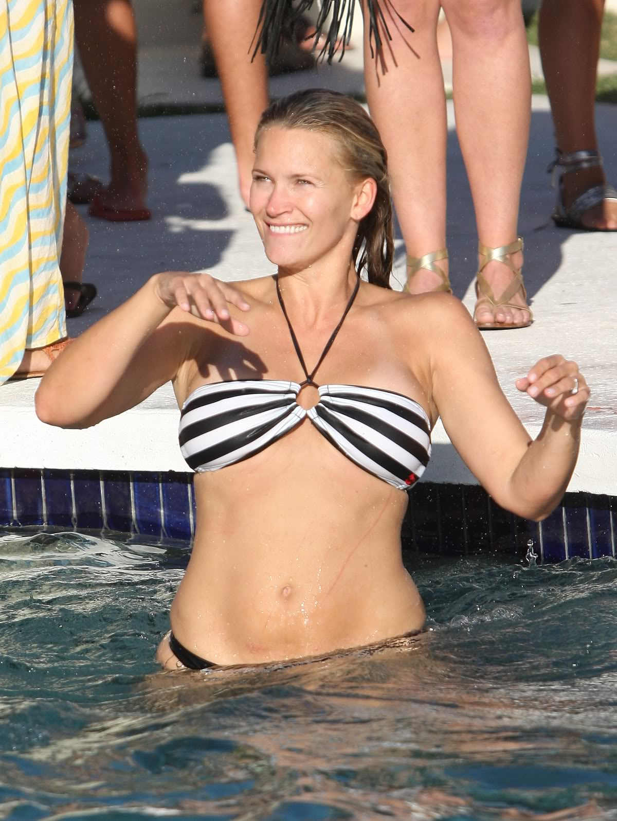 http://1.bp.blogspot.com/-ETdIwsJSVm8/ToSqq-tLWSI/AAAAAAAAAgg/ye6d5BCbar4/s1600/natasha-henstridge-bikini-02.jpg