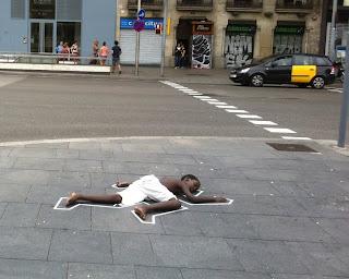¿Qué hacía este chico negro estirado en el suelo en plaça Universitat #BCN?