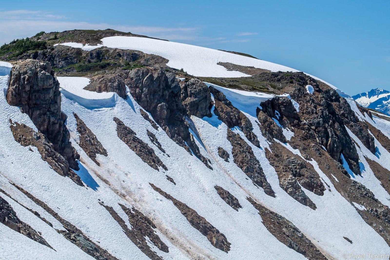 Бóльшая часть вершины была покрыта снегом.