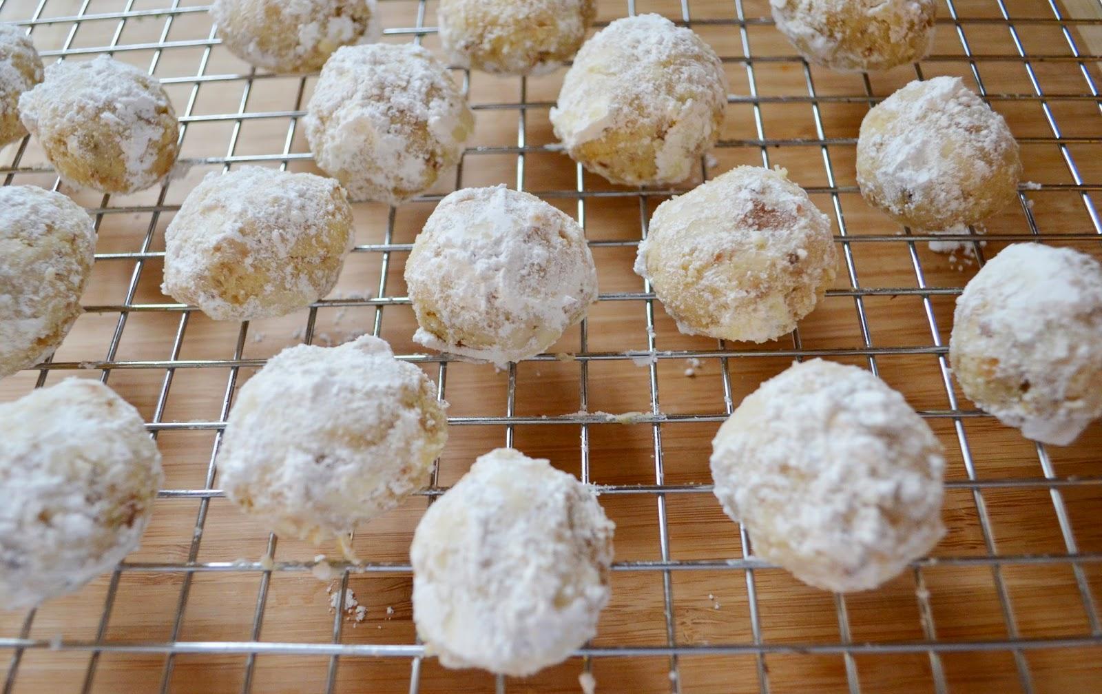 Peachy Cheek: Walnut Snowball Cookies
