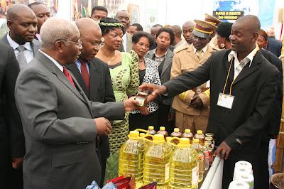 Guebuza e governo na Facim 2012