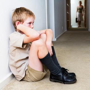 صورة طفل حزين يشعر بالوحدة
